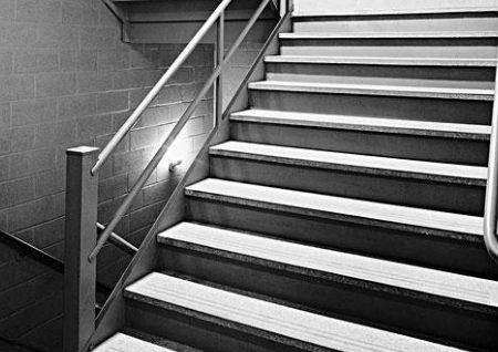 家门对楼梯风水好吗