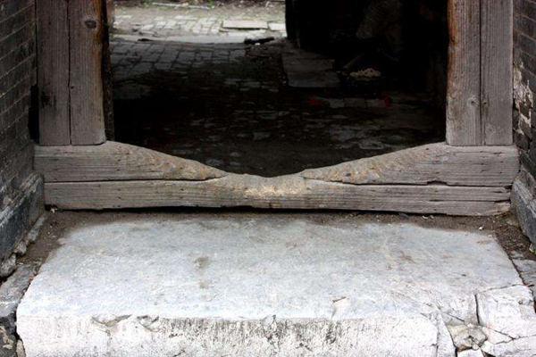 门槛在风水中的作用与习俗